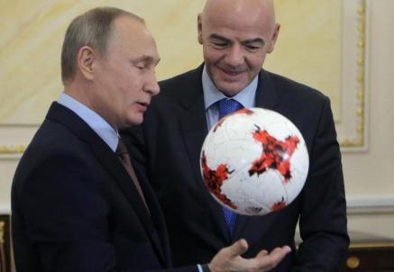 Vladimir Putin con il presidente della Fifa Gianni Infantino (LaPresse)