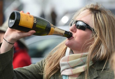 Bevendo prosecco nel Ladies Day al Cheltenham Festival, UK (LaPresse)