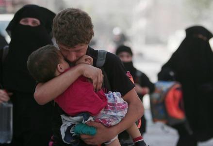 In fuga dalle macerie di Aleppo (LaPresse)