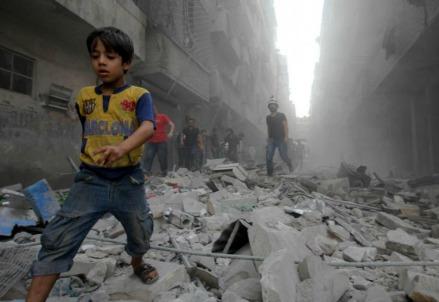 Tra le macerie di Aleppo (LaPresse)