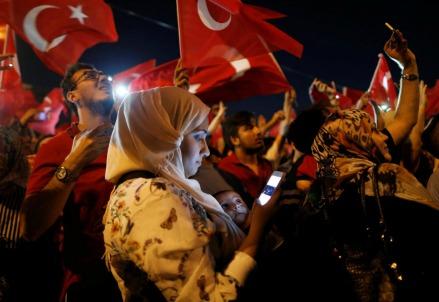 In piazza ad Ankara dopo la sconfitta dei golpisti (LaPresse)