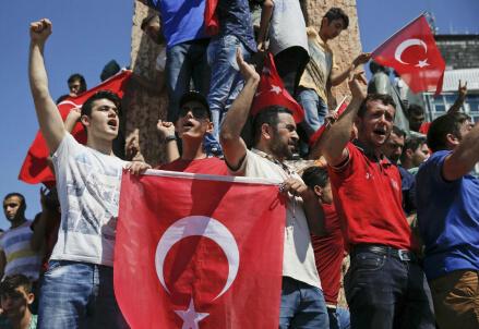 In piazza a Istanbul dopo lo scampato golpe (LaPresse)
