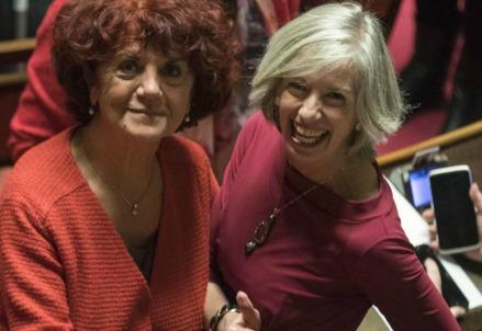 Valeria Fedeli con l'ex ministro Stefania Giannini (LaPresse)