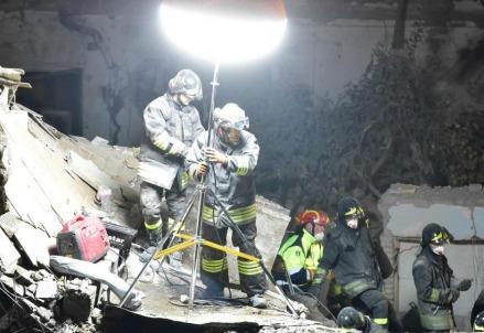 I Vigili del fuoco al lavoro (LaPresse)