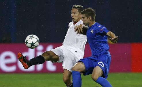 Il francese Samir Nasri (in maglia bianca), 29 anni, centrocampista del Siviglia (LAPRESSE)