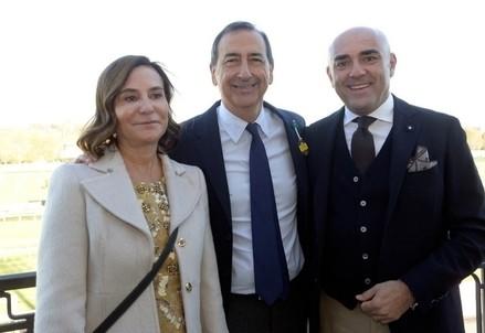 Beppe Sala in mezzo Mara Caverni e Fabio Schiavolin, Presidente a ad del gruppo Snai