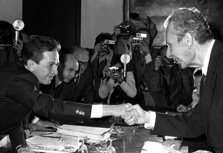 Enrico Merlinguer stringe la Mano a Aldo Moro (Foto Wikipedia)