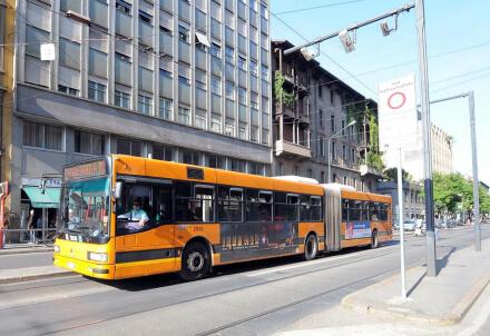 AREA C/ Il Comune riduce i parcheggi strisce blu, stop ai furgoni dalle 8 alle 10