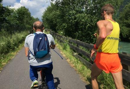 Alex Schwazer in allenamento lungo l'Isarco (Foto M. Pozza)