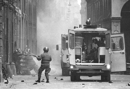 Scontri tra studenti  polizia nel marzo 77 a Bologna (Foto dal web)