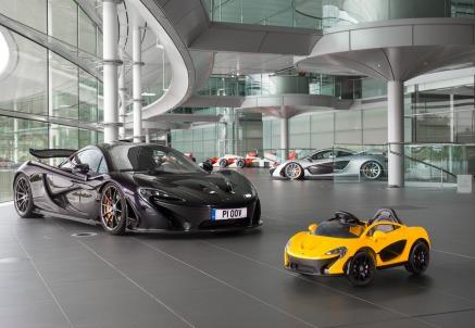 La McLaren P1 in versione giocattolo, vicino alla sorella maggiore