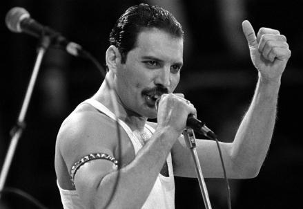 FREDDIE MERCURY/ 25 anni fa la morte del cantante dei Queen: la malattia che lo uccise