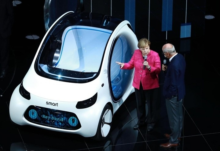 Angela Merkel alla presentazione della Smart elettrica (Lapresse)