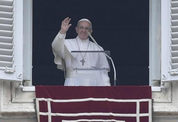 Papa francesco rifiuta la laurea in medicina e rilancia - Papa francesco divano ...
