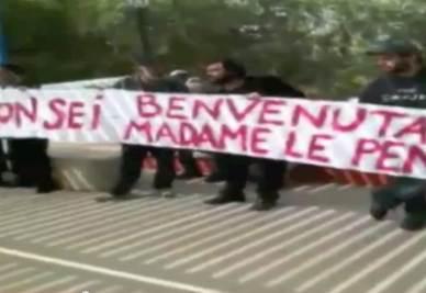 Gli striscioni contro Marine Le Pen