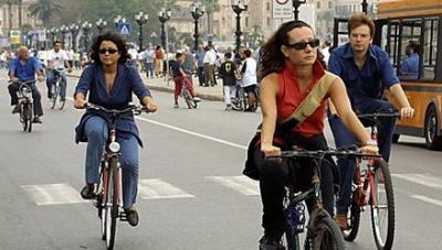 Sempre difficile il rapporto tra ciclisti e automobilisti (infophoto)
