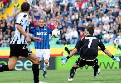 Wesley Sneijder mentre realizza il secondo gol personale contro l'Udinese (INFOPHOTO)